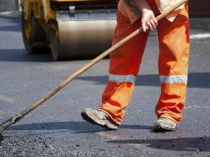 Подростки в Металлургическом районе ремонтируют дорогу