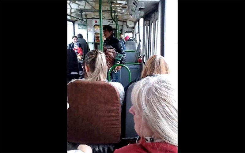 Брянцы в сети обсуждают цыганенка сгармошкой втроллейбусе