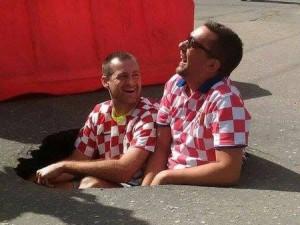 Хорватские болельщики сделали селфи в дорожной яме