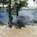 Прорвало воду на улице Братьев Кашириных