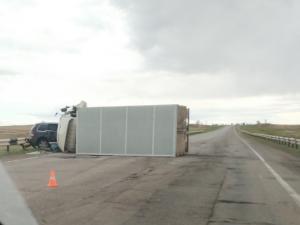 Грузовик перевернулся на дороге из Челябинска в Магнитогорск