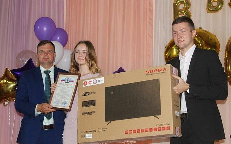 Стародубскую юную героиню наградили телевизором
