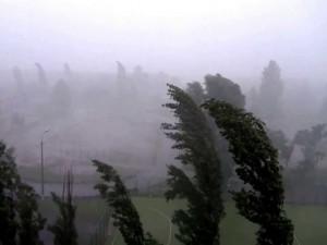 Шквалистый ветер и косой дождь проходит над Челябинском