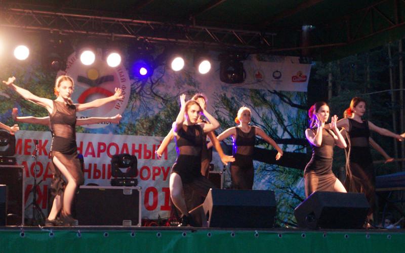 Брянская молодежь в Беларуси водила хороводы дружбы и отмечала «Зеленые святки»