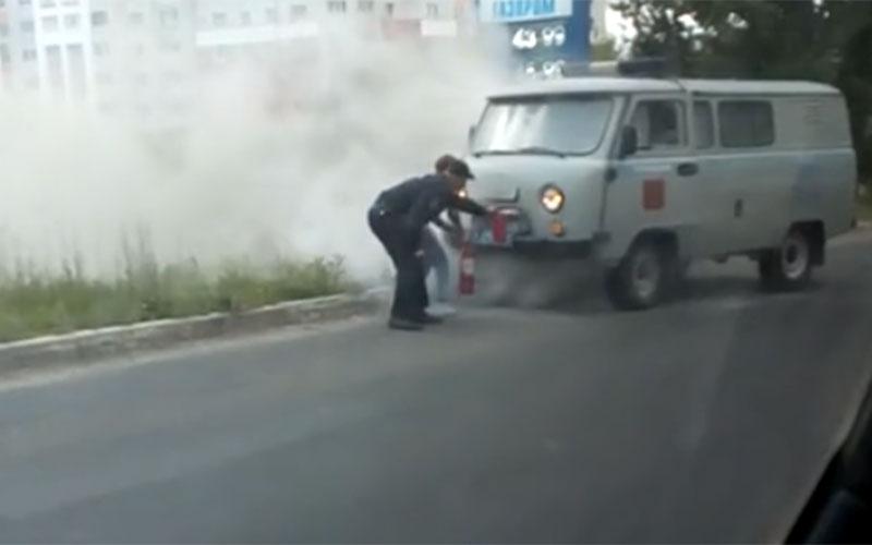 Всети появилось видео горящей полицейской «буханки» вцентре Брянска