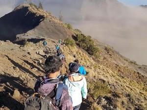 Вулкан проснулся. 700 человек в ловушке на популярном туристическом острове