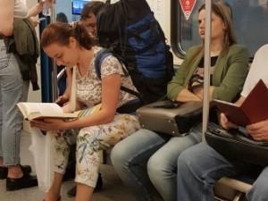 Книга в метро – лучший товарищ. По сей день