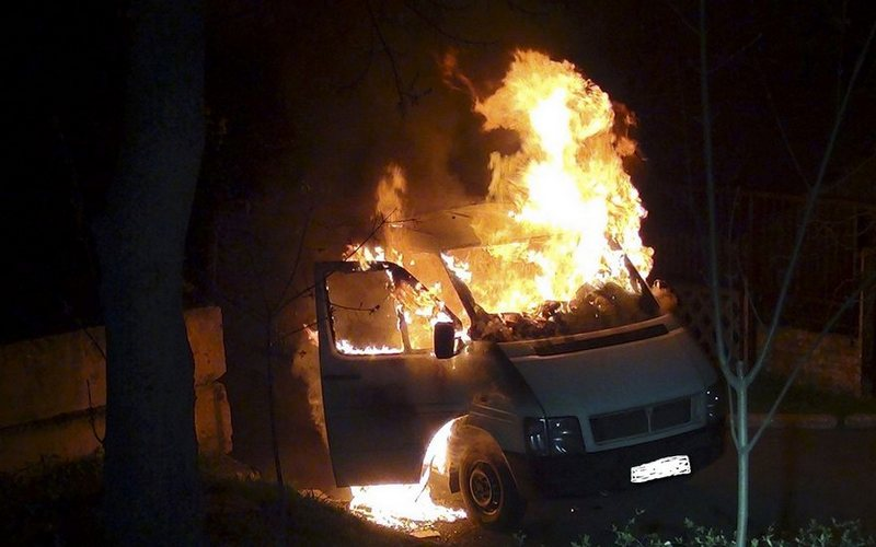 Ночью в Бежице сгорел микроавтобус