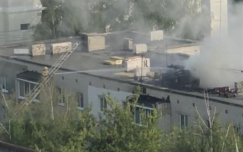 Брянцы сняли на видео, как пожарные тушили горящую крышу
