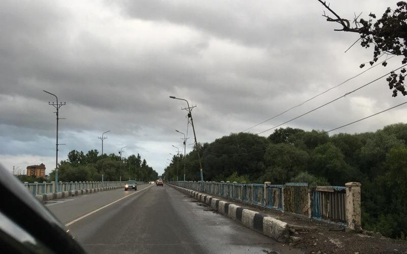 В Брянске столб навис над Литейным мостом