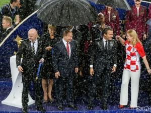 Мокрая и красивая президент Хорватии не жалеет, что на футбольной церемонии не было зонта