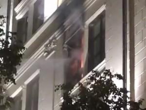 Горит дом рядом со зданием Центробанка. Его тушат 15 пожарных расчетов