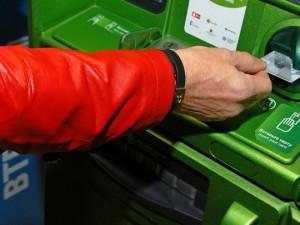 Клиентов Сбербанка пугают налогом на снятие денег с карт