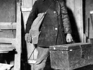 Фотосессия «Гигант и строитель» сделали магнитогорского парня самым популярным строителем в мире