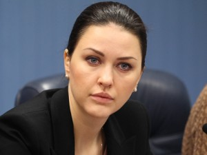 Она голосовала за повышение пенсионного возраста. Депутат Алена Аршинова