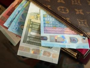 При курсе 80 рублей за евро большинство россиян откажутся от заграницы