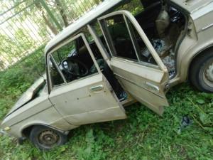 Раскуроченную машину бросили в парке имени Тищенко
