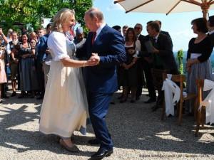 Путин опоздал на свадьбу министра иностранных дел Австрии. Но все равно станцевал с ней