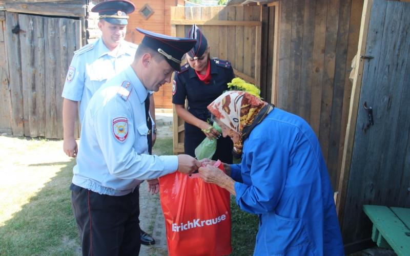 Брянские полицейские 40 лет опекают маму погибшего коллеги