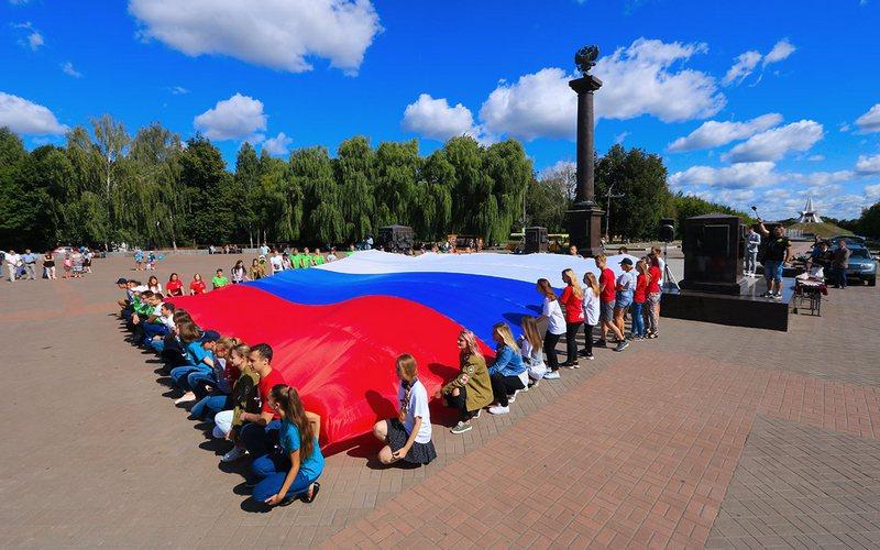 Возле Кургана в Брянске развернули огромный флаг