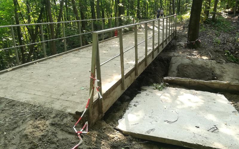 В роще Соловьи в Брянске вернули на место обрушившийся мостик