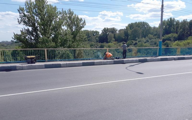 В Брянске латают дыры на Черметовском мосту