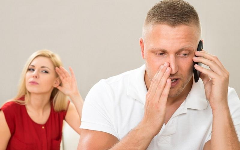 В Брянске ревнивая дама выведала телефонные тайны возлюбленного
