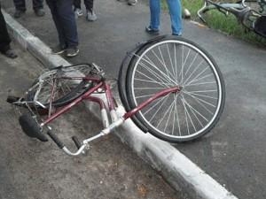 Ударил велосипедом мужчину за сделанное замечание