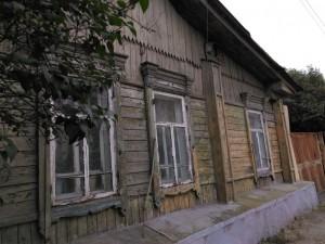 Реставрацию 100-летней избы начали на улице Российской