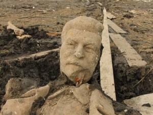 Бюст Сталина всплыл на реке спустя 50 лет. Знамение?