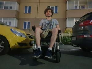 Челябинец сел в коляску инвалида и проехал по городу