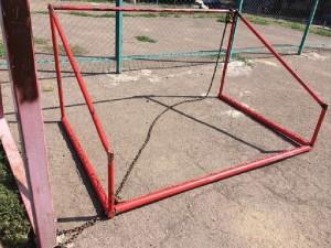 Упавшие ворота сломали пальцы юному футболисту