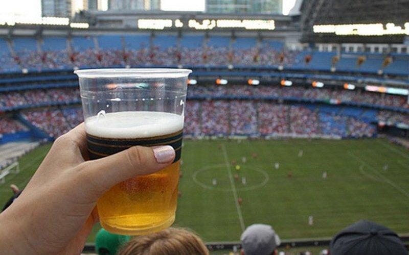 Роспотребнадзор выступил против пива на стадионах