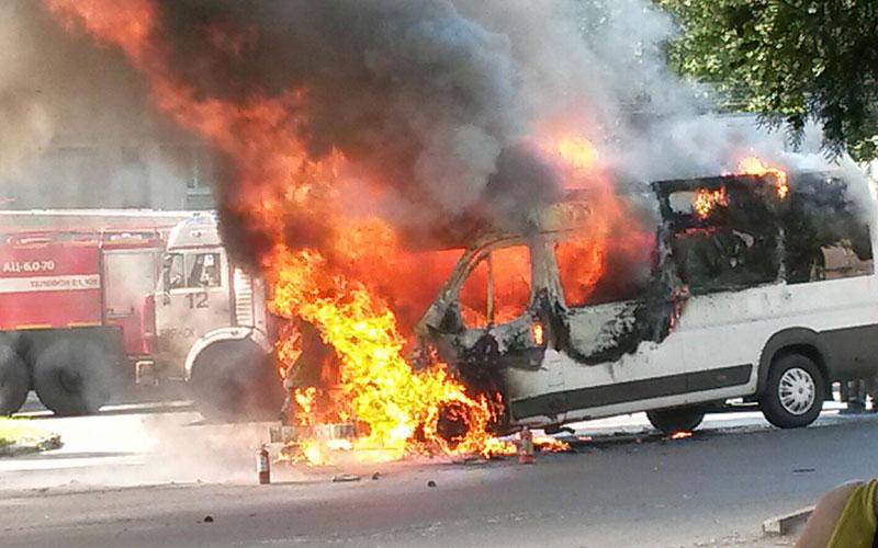 Всети появилось видео горящей маршрутки вБрянске