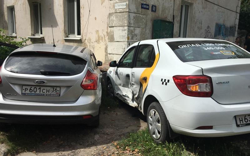 В Брянске такси влетело в легковушку