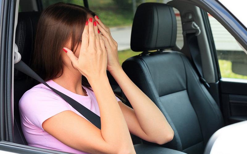Под Выгоничами 19-летняя девушка разбила голову в машине