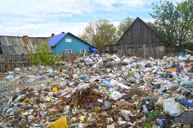 Платный мусор во дворе Почепа