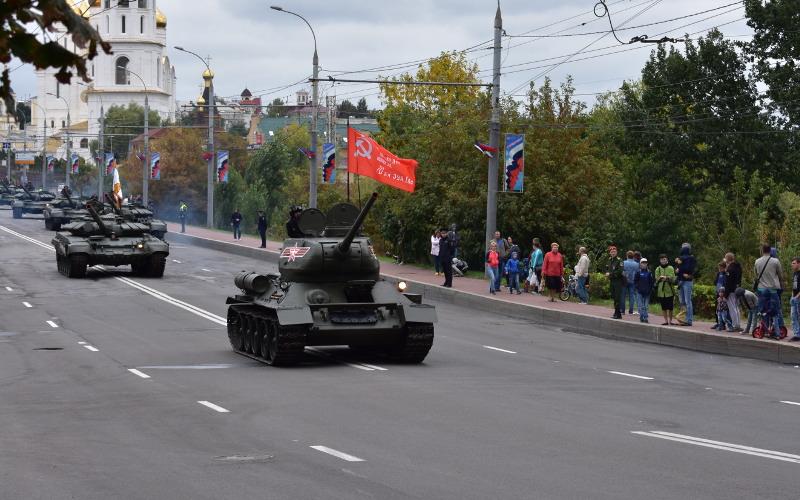 Колонна бронетехники на репетиции Парада в Брянске привела горожан в восторг