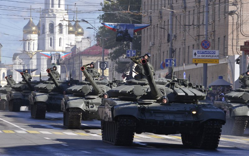 В Брянске провели грандиозный парад военной техники