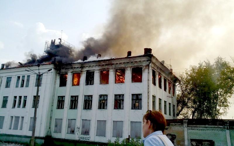 В Брянске горит заброшенное здание БМЗ