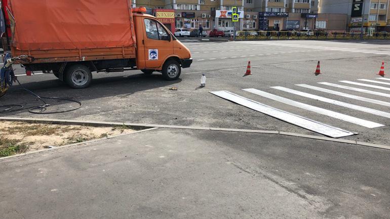 Экстравагантный пешеходный переход появился на улице Романа Брянского