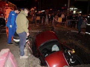 Автомобиль KIA вместе с водителем провалился в дорожную яму в Челябинске (видео)