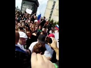 Жириновский и его охрана побили митингующего по голове (видео)