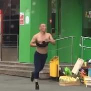Голые танцы устроил житель Челябинска на улице