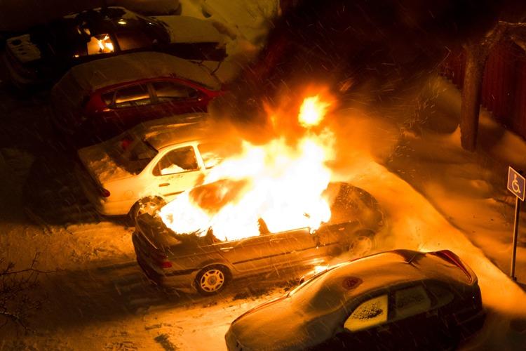 В Брянске ночью сгорела легковушка