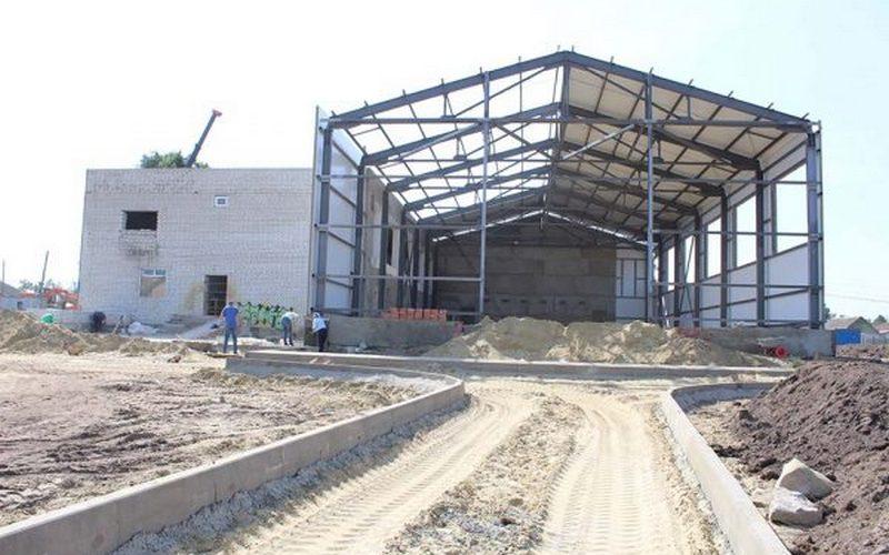 В поселке Комаричи преображается стадион