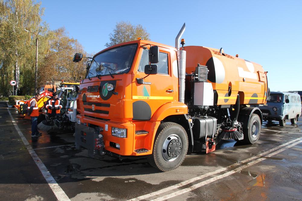 Хлиманков оценил новую технику для уборки улиц