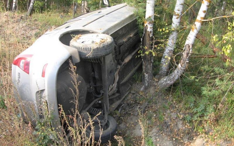 В Брянске автомобиль опрокинулся в кювет — пострадала пассажирка