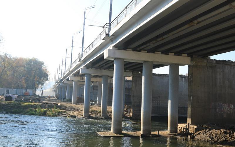 На Первомайском мосту мэр Брянска напомнил рабочим о совести