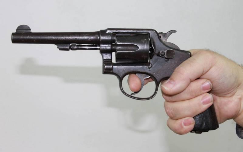Брянец пришел в полицию с револьвером Smith & Wesson
